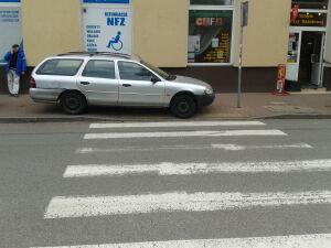 """Na chodniku, przy pasach, pod znakiem. """"Mistrz parkowania"""" z Ochoty"""