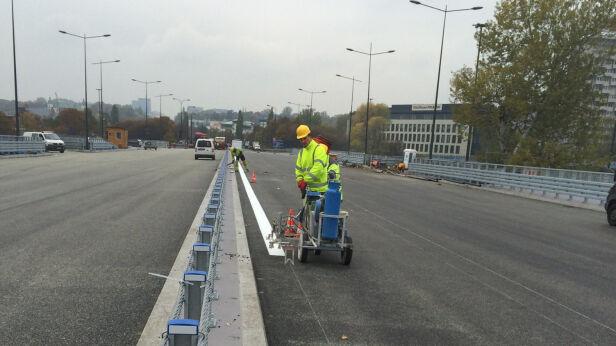 Malowanie pasów na moście ZDM / facebok.pl