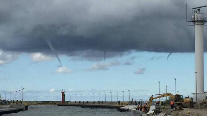 Zalążki trąb powietrznych w Łebie. <br />Trzy tuby wirowały nad Bałtykiem