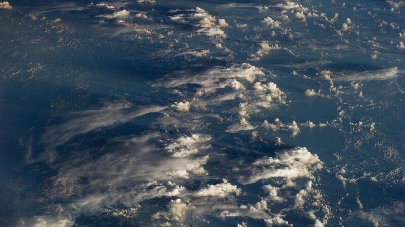 Niebiański krajobraz przy wschodzie słońca nad Pacyfikiem