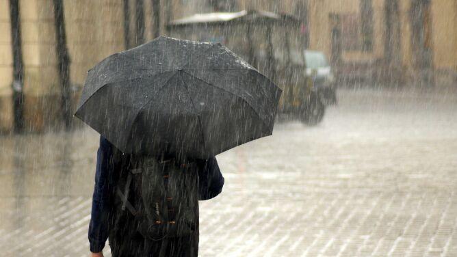 Ulewny deszcz. Alerty i prognoza <br />pogodowych zagrożeń IMGW
