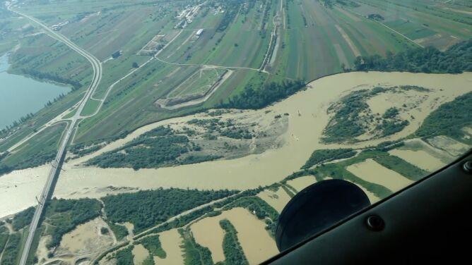Nieprzejezdna droga wojewódzka, woda dowożona beczkowozami. W Tatrach nieczynne szlaki